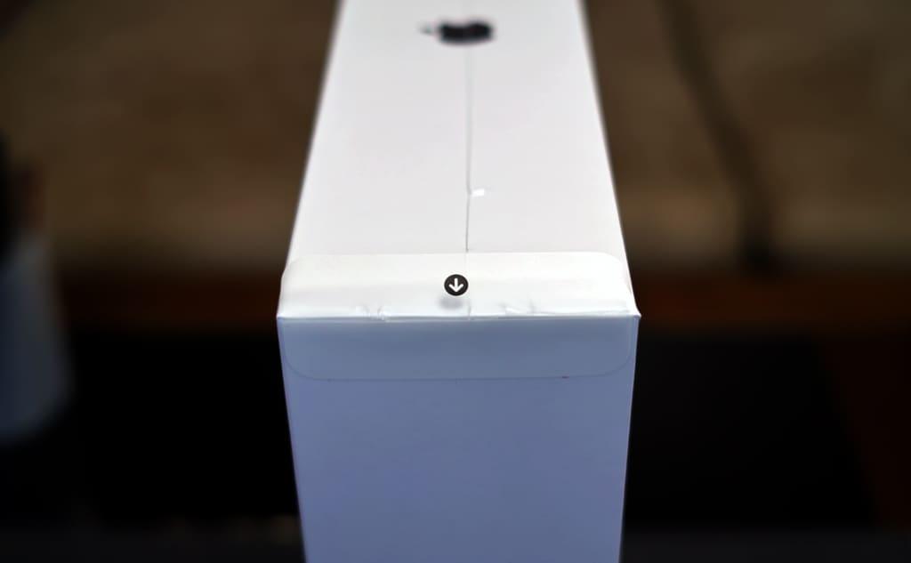 MacBook Air(M1, 2020)の箱のフィルムを剥がす部分