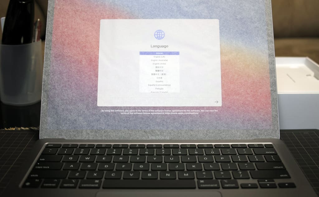 MacBook Air(M1, 2020)が自動で電源が入った場面