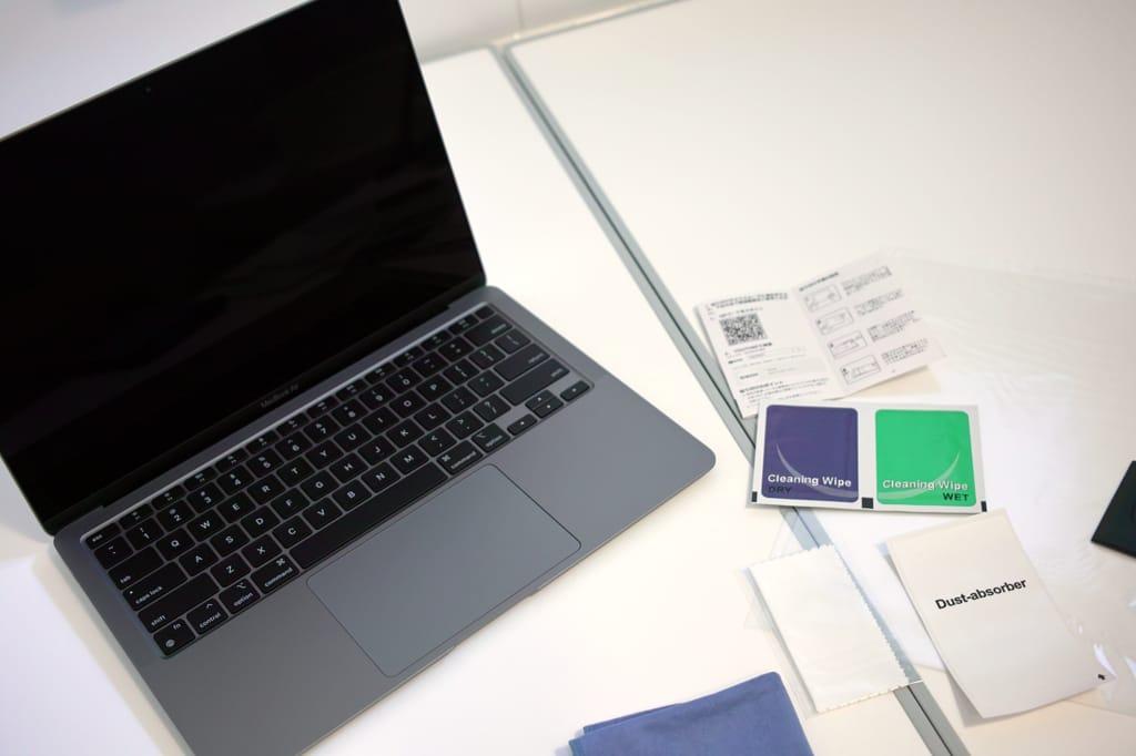 浴室でM1 MacBook Airに液晶保護フィルムを貼る画像