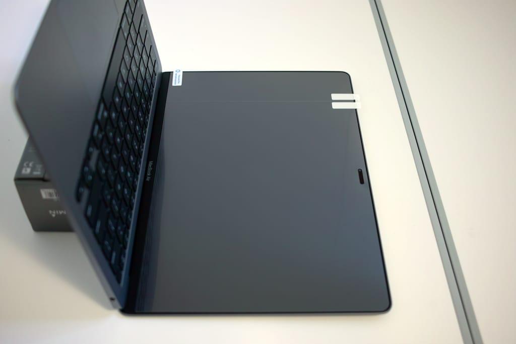浴室でM1 MacBook Airの液晶に保護フィルムの位置決めをした画像